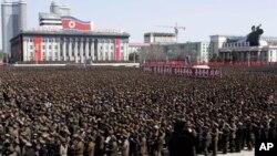 Warga Korea Utara berkumpul di Lapangan Kim Il Sung Square di pusat kota Pyongyang, Korea Utara untuk memberi dukungan kepada pemimpin mereka, Kim Jong-un untuk melancarkan serangan militer melawan Amerika dan Korea Selatan (29/3).
