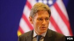 19일 프놈펜 주재 미국 대사관에서 캄보디아 방문 성과를 설명하는 톰 말리노우스키 국무부 민주주의· 인권· 노동 담당 차관보.