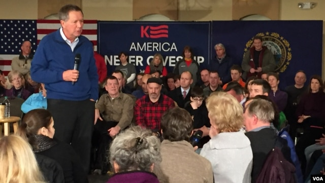 Republican presidential candidate John Kasich answers Debbie Repson's question at a town hall event in New Hampshire, Feb. 8, 2016. (K. Gypson/VOA)
