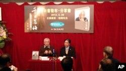 程翔(左)在新書《千日無悔》發佈會上介紹獄中遭遇