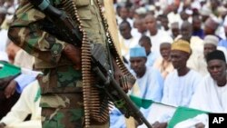 Des soldats nigérians montent la garde pendant les célébrations de l'Aïd al-Fitr à Maiduguri, au Nigeria, jeudi 8 août 201.