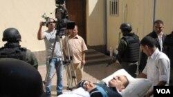 Para petugas mengusung mantan Presiden Mesir Hosni Mubarak menuju ke pengadilan Kairo, Rabu (7/9).