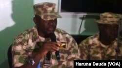 Kwamandan rundunra mayakan Charles Ohole yayinda yake yiwa manema labarai bayani