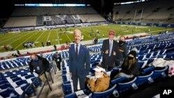 Navijači Univerziteta Brigam Jang drže kartonske fotografije demokratskog predsjedničkog kandidata Joea Bidena i predsjednika Donalda Trumpa prije utakmicu koledž fudbala između BYU i Zapadnog Kentuckyja, 31. oktobra 2020.