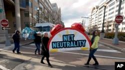 示威者2017年12月14日集會要求維持網絡中立原則(美聯社)