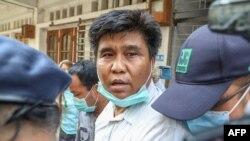 မွတ္တမ္းဓါတ္ပံု- Voice of Myanmar သတင္းဌာနတည္ေထာင္သူလည္းျဖစ္၊ အယ္ဒီတာခ်ဳပ္လည္းျဖစ္တဲ့ ကိုေနလင္းကို ၂၀၂၀ မတ္လ ၃၁ ရက္ေန႔က တရားရံုးထုတ္စဥ္