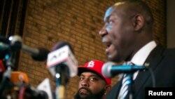 Luật sư Benjamin Crump đại diện của gia đình Brown nói chuyện tại một cuộc họp báo ở Ferguson, Missouri, 25/11/14