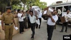 Polisi Sri Lanka mengawasi para petugas pemilu membawa kotak kartu suara pemilu di kota Jaffna (foto: dok).