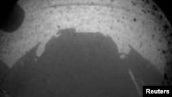 """美国宇航局(NASA)""""好奇号"""" (Curiosity) 2012年8月5日登陆火星后发回的首批图像之一。"""