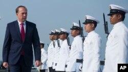 Menteri Urusan Imigrasi dan Perlindungan Perbatasan Australia, Peter Dutton (kiri) memeriksa pasukan kehormatan Angkatan Laut Australia (foto: dok).