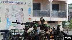 Militer Guinea melakukan patroli di Ratoma, pinggiran ibukota Conakry, Kamis 18 November 2010.