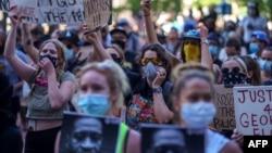 2020年5月28日抗議者在明尼蘇達州明尼阿波利斯為弗洛伊德死亡示威伸張正義。