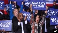 Para pendukung Demokrat di kota Bridgeport bersorak saat Presiden Obama memberikan pidato kampanye untuk mendukung kandidat Demokrat pada pemilihan Gubernur negara bagian Connecticut (2/11).