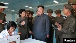 북한 김정은 국방위원회 제1위원장이 현대화를 마친 '10월8일 공장'을 현지지도했다고 북한 '노동신문'이 지난달 31일 보도했다. 이 공장은 일용품을 생산한다.