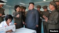 Lãnh tụ Kim Jong Un thăm một công xưởng tại Bình Nhưỡng.