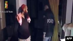 이탈리아 경찰이 24일 배포한 테러 용의자 체포 화면.