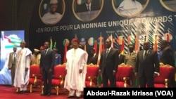 Les présidents nigérien Mahamadou Isoufou, ivoirien Alassane Ouattara, ghanéen Nana Akufo Ado, nigérian Muhammadu Buhari et togolais Faure Gnassingbé, lors du sommet de la Cédéao, à Niamey, Niger, 24 octobre 2017. (Abdoul-Razak Idrissa)