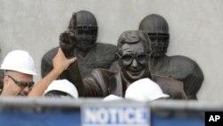 Radnici uklanjaju statuu legendarnog fudbalskog trenera Džoa Paterna u Stejt Koledžu u Pensilvaniji.