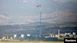 Sebuah bendera Korea Utara terlihat berkibar di atas sebuah menara dekat desa Panmunjom di zona demiliterisasi (DMZ) yang memisahkan Korea Utara dan Kores Selatan, 55 kilometer dari kota Seoul (Foto: REUTERS/Lee Jae-Won).
