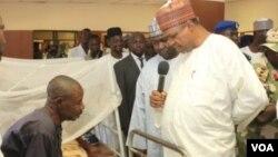 Gubernur Yobe, Nigeria, Ibrahim Geidam mengunjungi para korban serangan teror yang dirawat di rumah sakit (foto: dok).