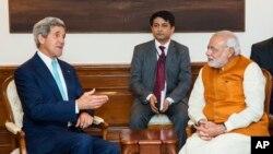 John Kerry, conférant avec Narendra Modi à New Delhi (AP)