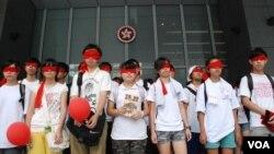 香港民間反對國民教育科大聯盟發起的「蒙眼遊行」,以香港特區政府總部為終點