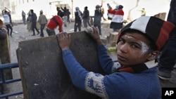 星期五在開羅靠近內政部附近有人投擲石塊和安全部隊發生衝突﹐而這名少年這躲藏起來