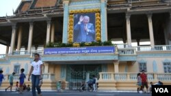 Cambodians gather with their families and friends in front of the Royal Palace located along Sisowath Quay in Phnom Penh, October 13, 2015. It's to commemorate the third anniversary of the late King Norodom Sihanouk, who passed away in Beijing on October 15, 2012. ( Leng Len/ VOA Khmer)