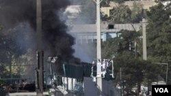 Asap tampak mengepul dari gedung Pusat Kebudayaan Inggris di Kabul setelah ledakan bom (19/8). Serangan pembom bunuh diri Taliban itu menewaskan dua polisi dan setidaknya 1 warga sipil.