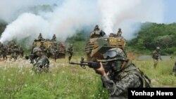 14일 한국 서북도서방위사령부 창설 2주년을 맞아 진행된 서북도서 방어훈련에서 참가한 해병대 장병들.