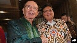 Menteri Perdagangan (Mendag) AS Wilbur Ross (kiri) berjabat tangan dengan Menko Perekonomian RI, Airlangga Hartanto di Jakarta, 6 November 2019.