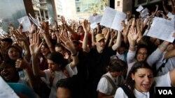 Los estudiantes se manifestaron en Venezuela contra la Ley Habilitante, una medida extraordinaria que ahora Chávez dice que no devolverá.
