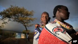 Phụ nữ người Masaai ở Kumpa, Kenya, 4/3/2013