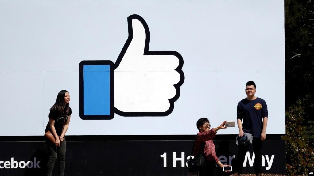 遊客在臉書公司總部拍照(資料照片)