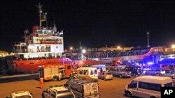 Kapal cargo berbendera Moldova yang membawa rattan imigran tiba di pelabuhan Gallipoli, Italia Selatan (31/12).