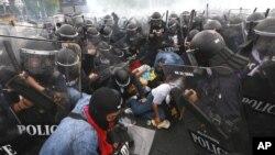 Cảnh sát Thái Lan cố gắng bắt giữ những người biểu tình chống chính phủ trong vụ đụng độ tại Bangkok, Thái Lan, 24/11/2012