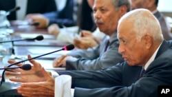 阿拉伯国家联盟秘书长阿拉比在阿盟开罗总部与叙利亚反对派代表交谈,试图促成叙利亚和平。(2012年8月27日资料照)