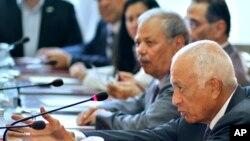 Sekretaris Jenderal Liga Arab Nabil el-Araby saat berbicara dengan delegasi-delegasi dari kelompok oposisi Suriah, Agustus 2013. (AP/Amr Nabil)