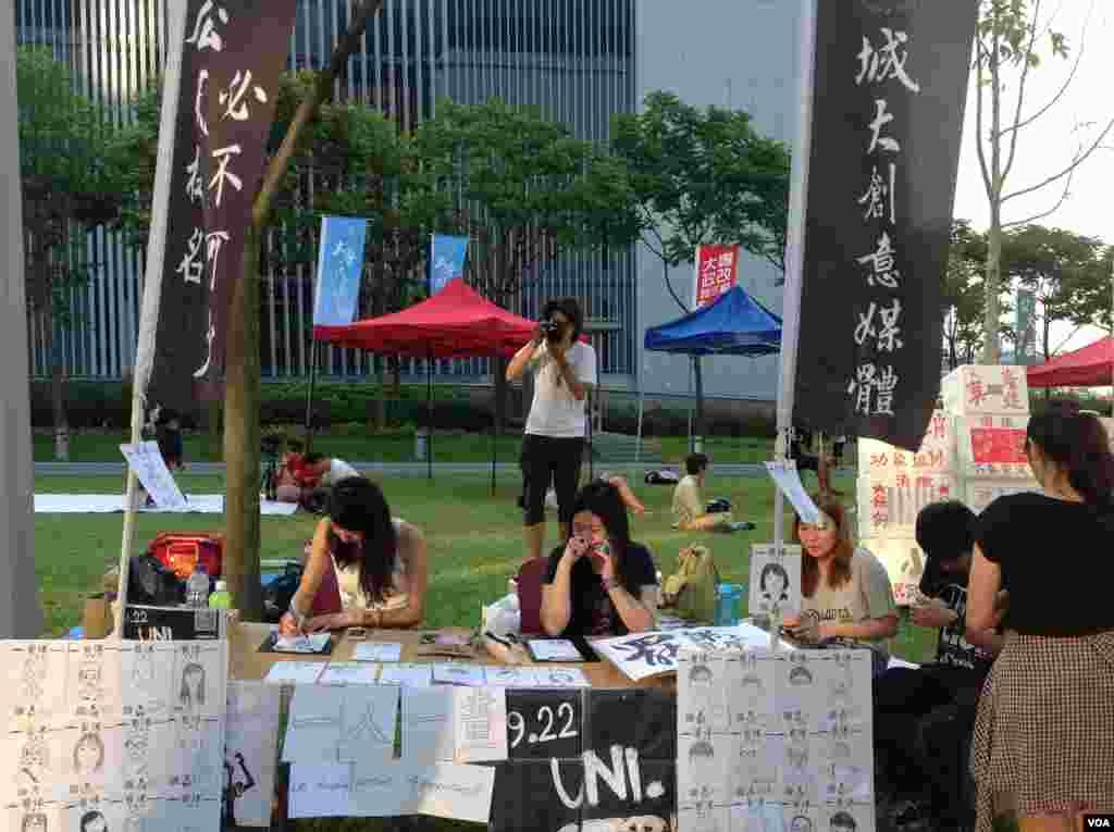 香港学联罢课移师政府总部附近添马公园(美国之音海彦拍摄)