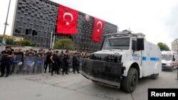 Cảnh sát chống bạo Thổ Nhĩ Kỳ tập trung tại Quảng trường Taksim ở Istanbul, ngày 12/6/2013.
