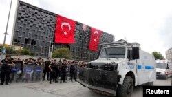 터키 경찰은 12일 이스탄불 탁심광장에서 시위대를 모두 해산시켰다.