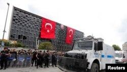 Polis dünkü müdahalede Taksim Meydanı'nı boşalttıktan sonra Atatürk Kültür Merkezi üzerindeki pankart ve duyuruları kaldırdı, yerine Atatürk posteri ve Türk bayrakları astı