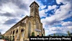 Nhà thờ chánh tòa Kito Vua Nha Trang đã phải nhận 800-1.000 khách/ngày kể từ cuối năm 2015 và phải hạn chế số lượng khách để duy trì sự tôn nghiêm. (ảnh của www.foody.vn)