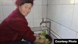 컨선월드와이드는 20년간 북한의 강원도와 황해북도 취약계층에 대한 식수위생 사업을 진행해 왔다. 지난 2012년 황해북도 신계군의 취약계층 가정에서 태양광 급수 시스템으로 물을 받고 있다.