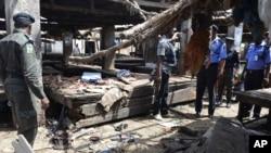 2일 나이지리아 마이두구리 시장에서 폭탄 테러가 방생해 경찰이 수색하고 있다. (자료사진)