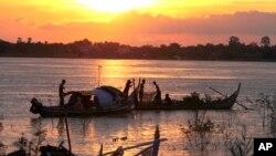 Ngư dân Campuchia đánh bắt cá trên sông Mekong.