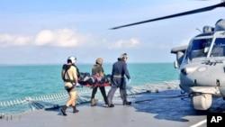 지난 21일 싱가포르 해역에서 유조선과 충돌한 존 S. 매케인 호의 실종 장병들의 시신을 모두 수습했다고 미 해군이 밝혔다. 23일 미 해군이 수습한 시신을 헬기로 이송하고 있다.