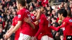 Para pemain Manchester United, Robin van Persie (tengah kiri) merayakan gol ke gawang Liverpool dalam pertandingan di stadion Old Trafford Stadium, Manchester (13/1/2013).