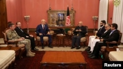 Afghanistan's President Ashraf Ghani (R) and U.S. special envoy for peace in Afghanistan, Zalmay Khalilzad (L), meet in Kabul, Afghanistan, Nov. 10, 2018. (Presidential Palace/Handout)