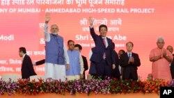 印度总理莫迪(左)和日本首相安倍晋三(右)在印度艾哈迈达巴德高速铁路项目的庆功仪式上(2017年9月14日)